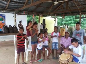 Niños cantando al son del tambor